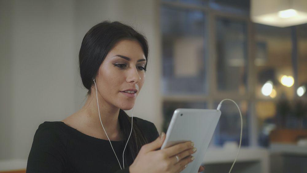 kobieta rozmawia na żywo przez tablet